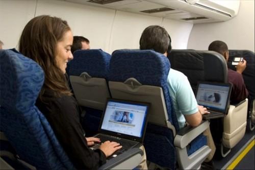 Самолет чай парень с ноутбуком